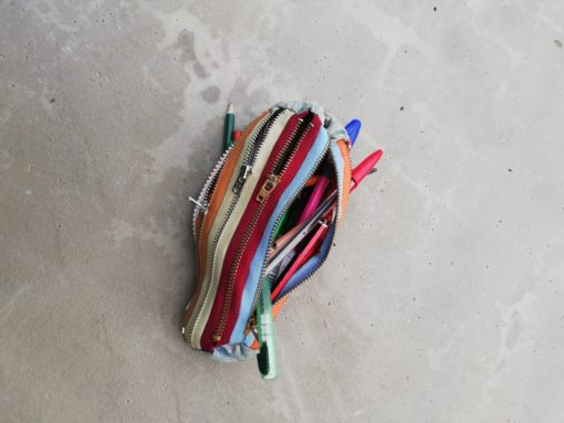 Trousse originale en fermetures éclairs multi-couleurs (toutes fonctionnelles) de 21 cm de long